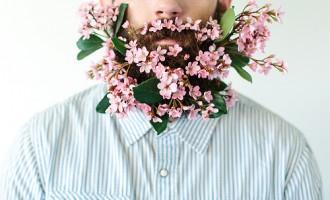 Este chico se toma fotos con cualquier objeto en su barba