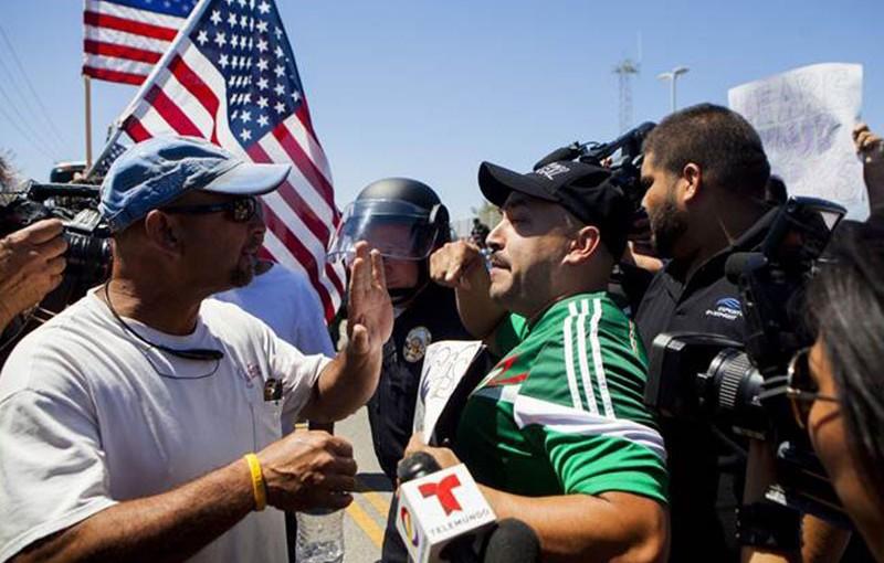 Lupillo-Rivera-protesta-a-favor-de-migrantes-7-800x510