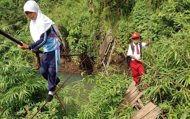 233705-R3L8T8D-650-children-going-to-school-around-the-world-27