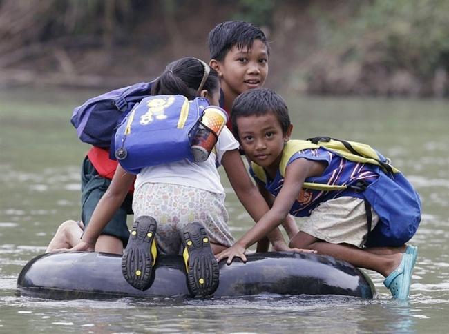 234155-R3L8T8D-650-children-going-to-school-around-the-world-42