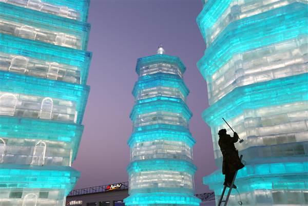 ss-151225-china-ice-festival-yh-02_58c4b68486ca0b410fe7b6ea1cbe1e62.nbcnews-ux-600-480